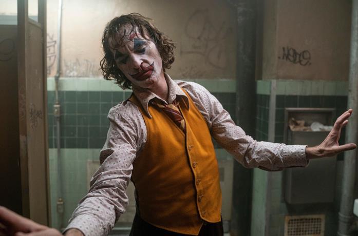 Un'immagine di Joaquin Phoenix nei panni di Joker che balla in un bagno pubblico