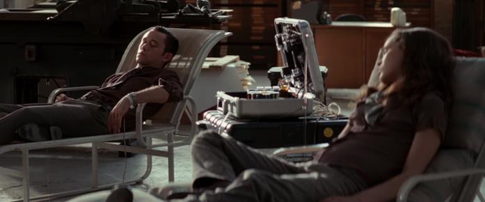 Joseph Gordon-Levitt e Ellen Page usano la macchina dei sogni in una scena di Inception