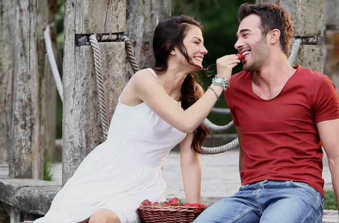 Una scena romantica di Çilek Kokusu (Profumo di fragole)