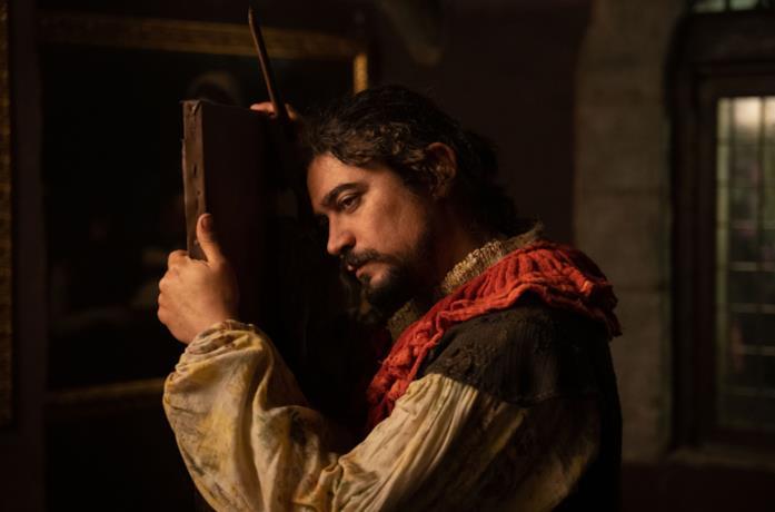 Caravaggio sta guardando una tela, forse poco dopo averla dipinta