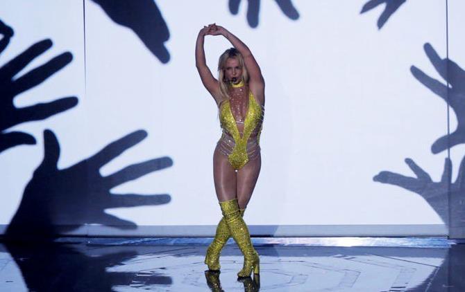 Britney Spears in costumino giallo sul palco dei VMA 2016