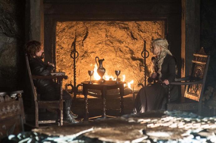 Tyrion e Daenerys davanti al fuoco