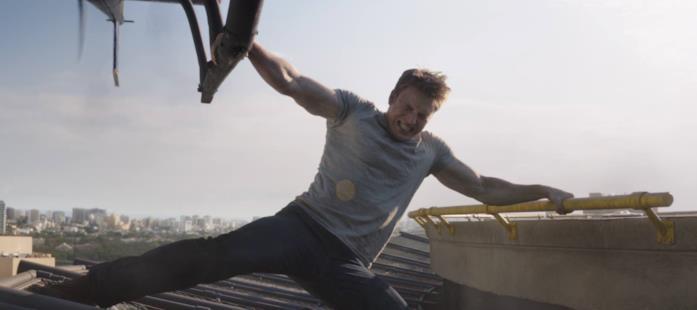 Chris Evans durante una scena d'azione di Civil War