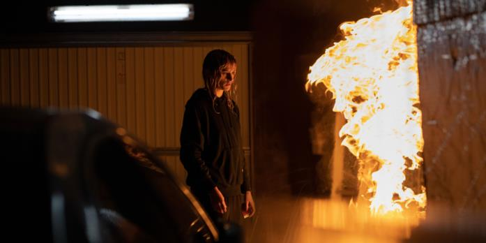 Alexia osserva il fuoco