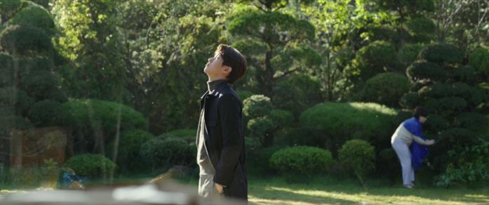 Ki-woo e la madre nel giardino della villa