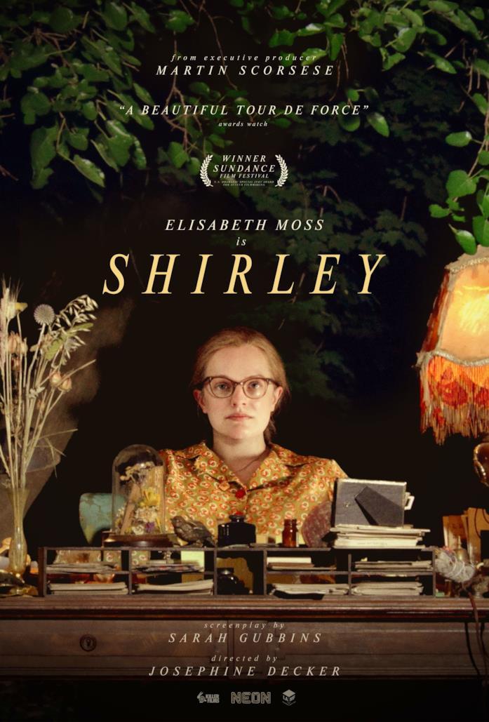 Elisabeth Moss seduta davanti a una scrivania nella locandina di Shirley
