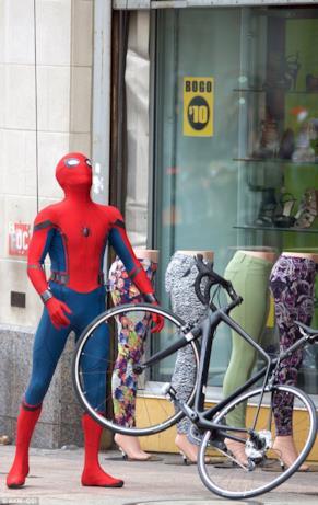 Tom Holland con una bici