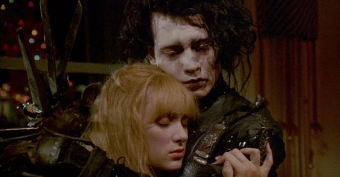Edward e Kim si abbracciano in una scena del film