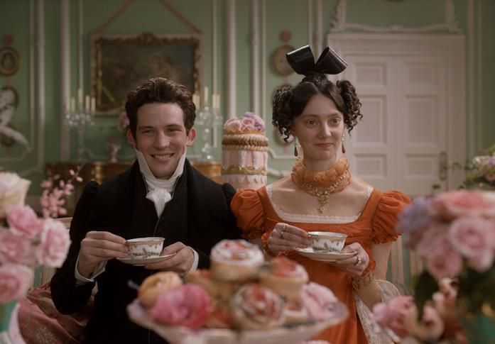 Josh O'Connor e Tanya Reynolds nei panni dei coniugi Elton bevono il té