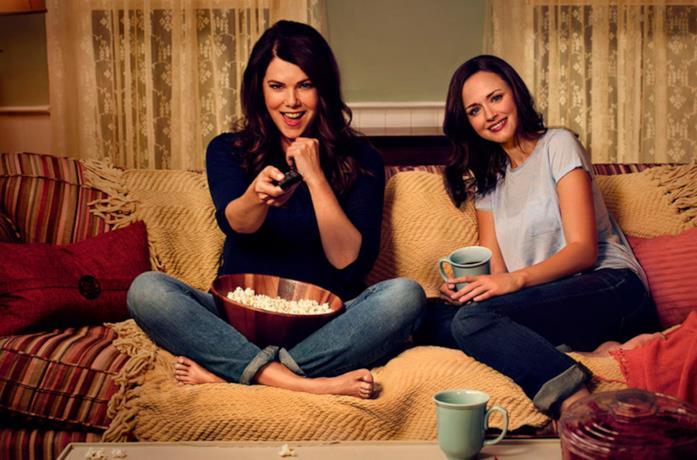 Lauren Graham e Alexis Bledel sedute sul divano