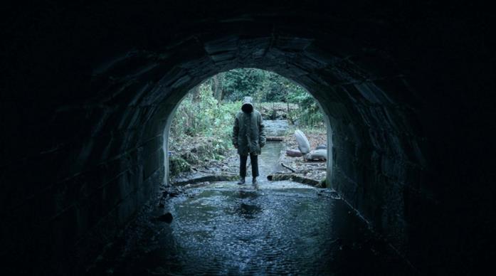 Callahan (Jake Davies) davanti al tunnell dentro il quale morirà