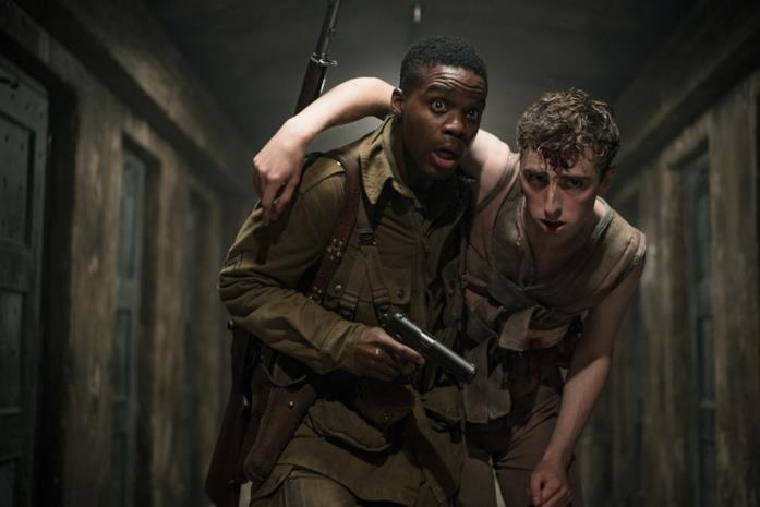 Boyce salva un compagno dal laboratorio nazista in una scena di Overlord