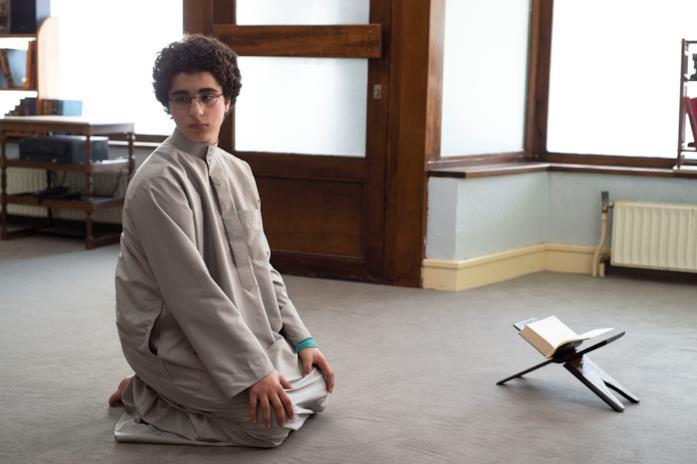 Ahmed in L'età giovane prega