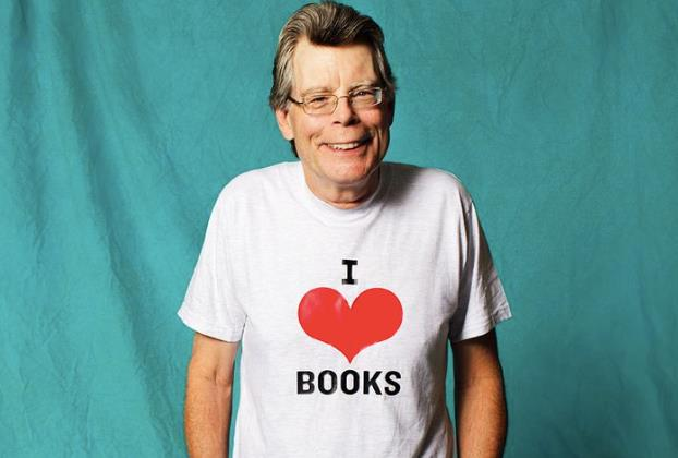 Stephen King con la maglietta I love books