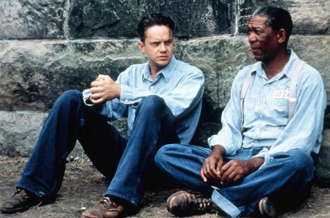 Tim Robbins e Morgan Freeman in una scena del film Le ali della libertà