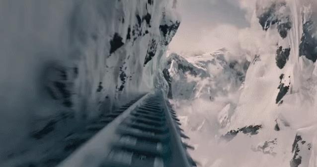 Il treno contro una valanga in Snowpiercer