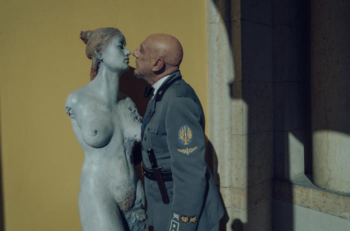 D'Annunzio osserva una statua femminile