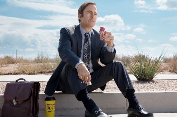 Saul Goodman mentre mangia un panino