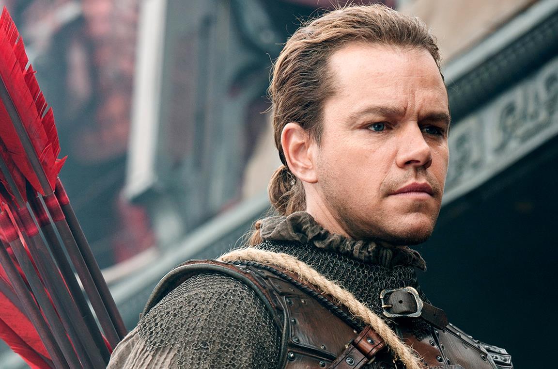 Matt Damon con un costume di scena del film