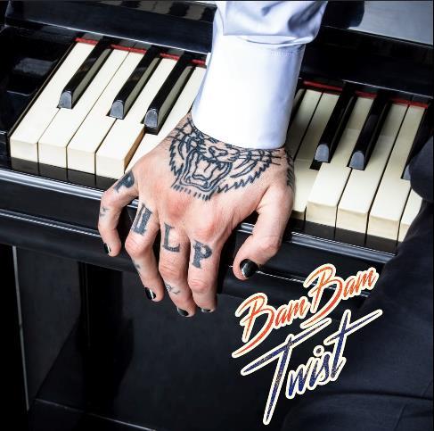 La mano di Lauro appoggiata a un pianoforte
