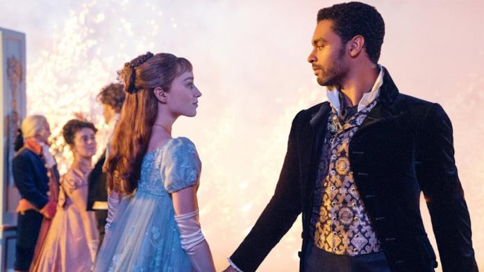 Daphne Bridgerton e il Duca di Hastings ballano in una scena della serie Netflix