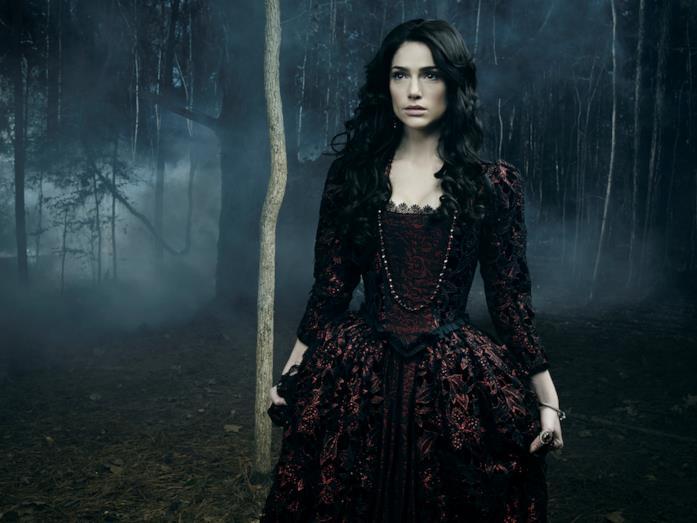 La potente strega Mary Sibley è interpretata da Janet Montgomery