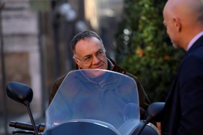 Samurai, mentre è a bordo di uno scooter, parla con un uomo