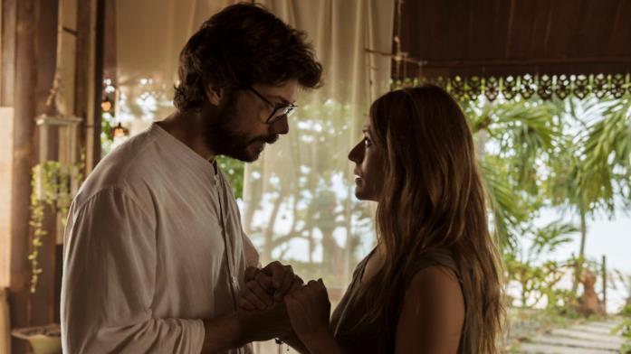 Il Professore e Raquel in una scena romantica