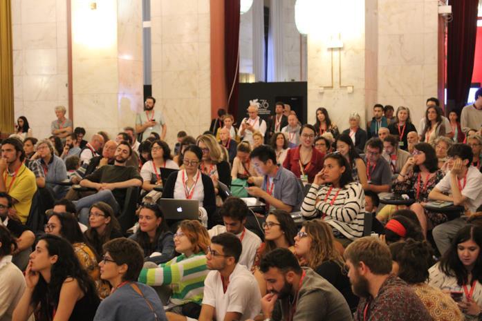 I giornalisti attendono in sala stampa l'annuncio del Leone d'Oro