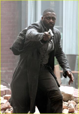 Idris Elba con una pistola