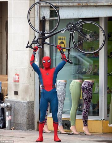 Tom Holland alza una bici