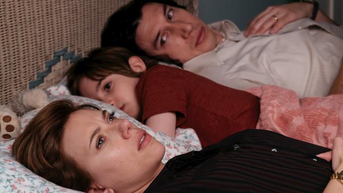 Scarlett Johansson distesa a letto