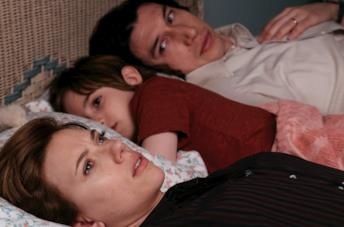 Charlie, Henry e Nicole sdraiati sul letto