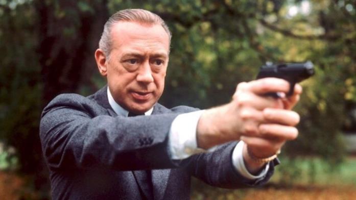 Horst Tappert con la pistola in mano ne L'Ispettore Derrick