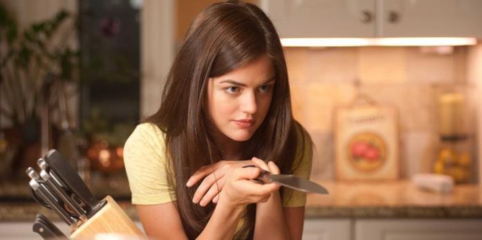 Lucy Hale con un coltello in mano