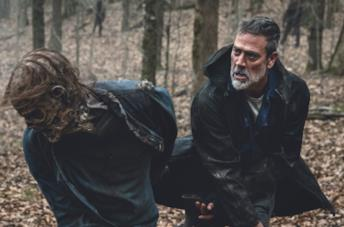 Negan colpisce uno zombie in TWD 11