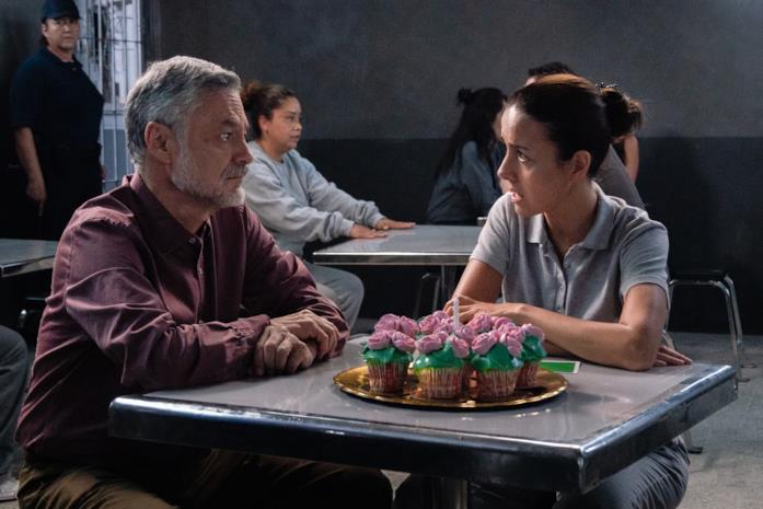 Due protagonisti di La Casa de las Flores dialogano in carcere