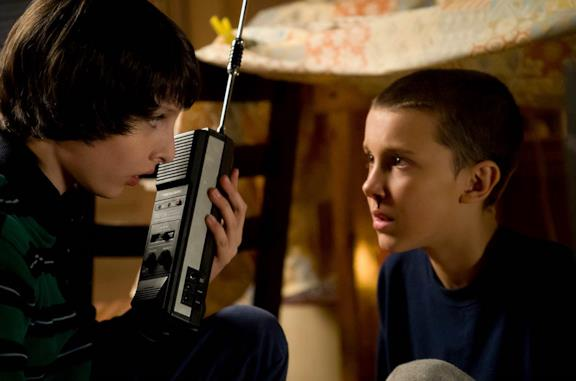 Finn Wolfhard e Millie Bobby Brown in Stranger Things 1