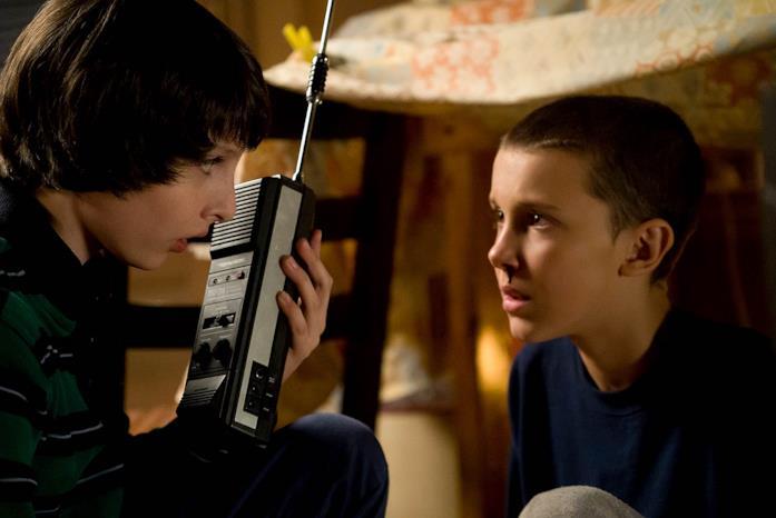 Finn Wolfhard e Millie Bobby Brown in Stranger Things 1