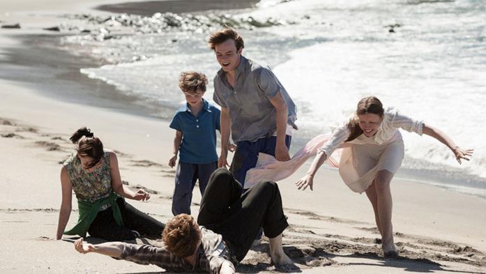 I protagonisti di Marrowbone sulla spiaggia in riva al mare