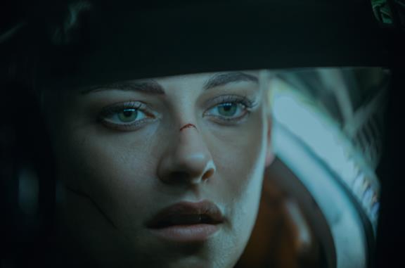 Un primo piano di Kristen Stewart nel film Underwater