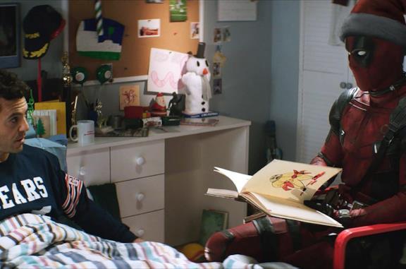 Fred Savage e Deadpool in una scena dal film C'era una volta Deadpool