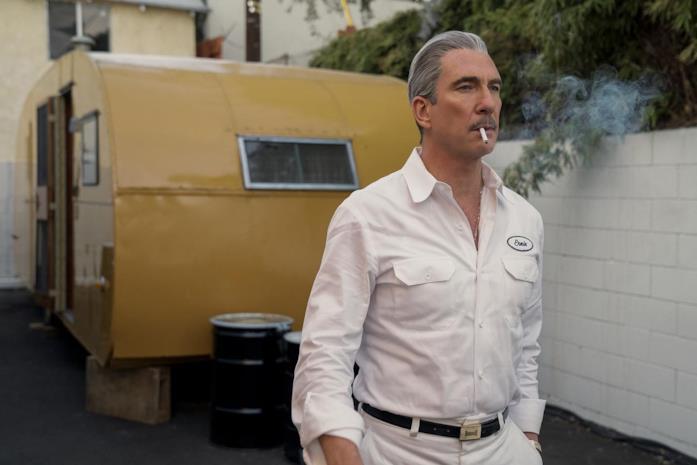 Il personaggio di Ernie West fuma una sigaretta