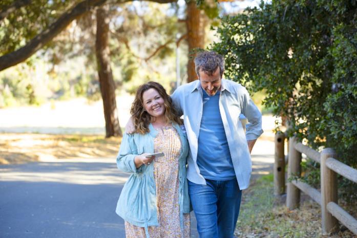Melissa McCarthy e Chris O'Dowd in una scena del film Il nido dello storno
