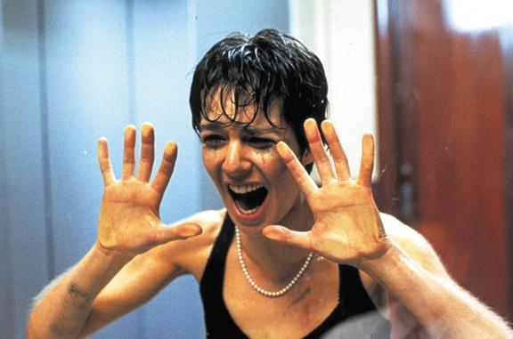 Anne Parillaud in una scena del film Nikita