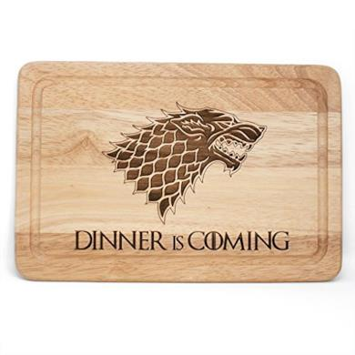 "Tagliere in legno ispirato a Game of Thrones, con scritta in lingua inglese ""Dinner is coming"""