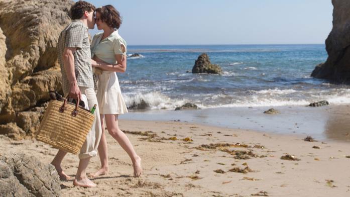 Bobby e Vonnie si baciano in spiaggia in una scena del film.