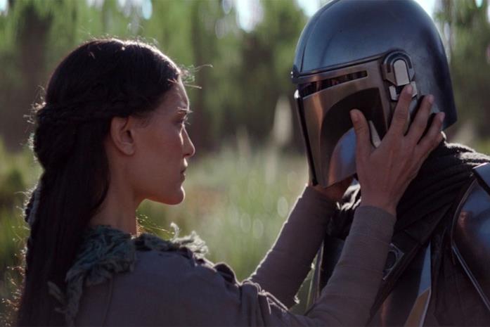 Julia Jones e Pedro Pascal in una scena della serie The Mandalorian