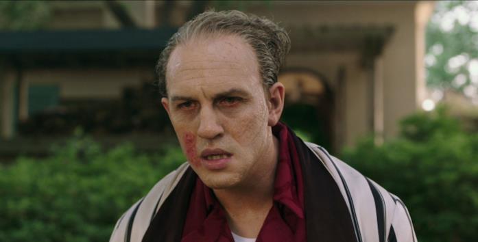 Capone, col viso distrutto dalla neurosifilide, passeggia in vestaglia nel proprio giardino