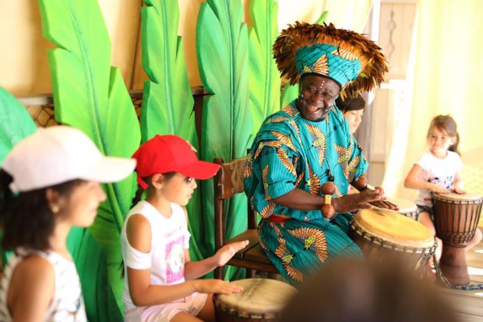 Re Luigi mentre suona il djembe
